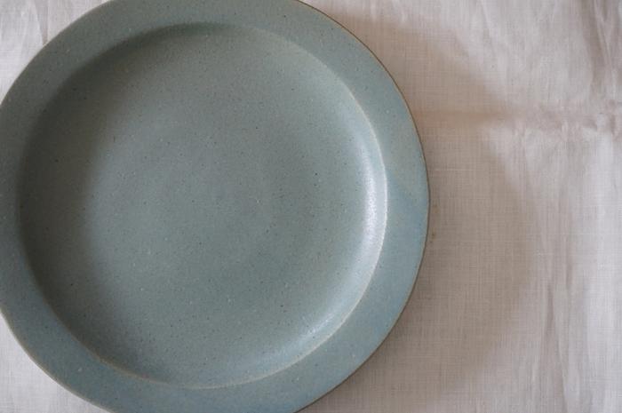 どっしりとしたブルーグレーのこのお皿は、ツヤ感がなくスモーキーな色合いが落ち着いた印象。ピザを乗せると、チーズの白やトマトソースの赤を存分に引き立ててくれる一枚です。ピザやパスタはもちろん、カフェのようなワンプレートディッシュにも活躍してくれます。