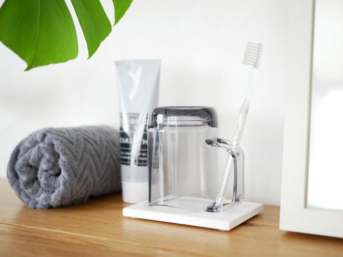 歯磨きやうがいに使うコップ。洗面所に置きっぱなしにしておくと、常に湿っている感じがして気になりますよね。そんな問題を解消するためにデザインされたのが、こちらのマグカップとトレー。さらっと快適に使える工夫があるんです。