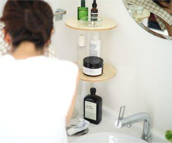 突っ張り棒の長さを調整すれば、洗面台の角に素敵なラックが完成。小物類がおしゃれにすっきりまとまります。