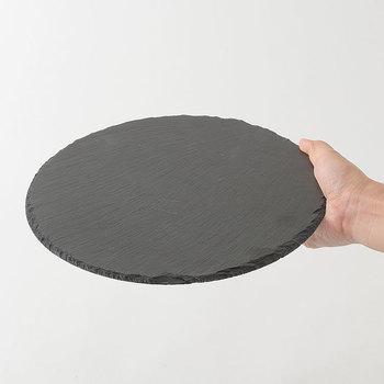 少し前から注目されている、粘板岩(ねんばんがん)と言われる石が使われたプレートは、何を盛りつけてもインスタ映えしそうくらい、とにかくおしゃれ。これに乗せるだけで、お家で作ったピザが何倍も本格的に見えちゃいそうですね。