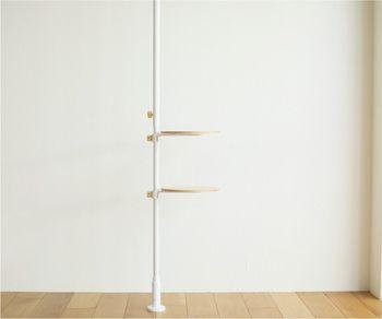 【DRAW A LINE(ドローアライン)】は、突っ張り棒のメーカー【平安伸銅工業】とクリエイティブユニット【TENT】のコラボブランド。洗面台におすすめなのは、小さなテーブルを取り付けられるこちらのセットです。