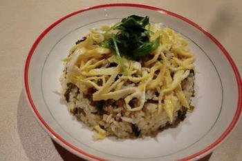 ごま油と和えて焼いてパリパリにしたケールが香ばしく、味わい深い。桜海老もプラスして、サクサク食感が楽しい混ぜご飯の完成です。