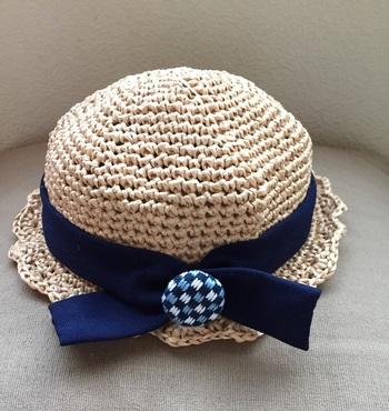 大きいボタンなら、お子さんの帽子、Tシャツの胸元などにつければ、ファッションのアクセントになりますね◎ このように、麦わら帽子にも「くるみボタン」は相性ぴったり。  こちらは、こぎん刺しのくるみボタンが付いた、作家さんによる麦わら帽子です。帽子は手編み、ボタンの模様も手縫いで、作り手の温もりがいっぱい。「帽子をかぶりたくない!」というお子さんも、きっとお気に入りになるのではないでしょうか。