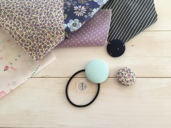 また、大きなサイズのくるみボタンを作って、ヘアゴムを通してヘアアクセサリーにするのもいいですよね。  そのほか、小さいくるみボタンをつくるなら、カーディガンやワンピースのボタンと付け替えたり、お洋服の前後をわかりやすくする目印として縫い付けたり・・・♪  「いつも身に着けられる」自分だけの作品は、目にするたびに嬉しくて、より特別なものになるはず。