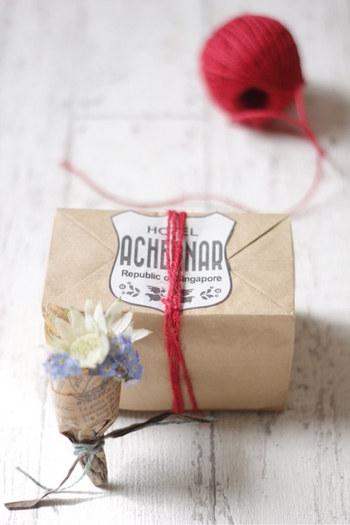 紙袋の中にワックスペーパーを敷いて、ケーキの箱代わりに使うアイデア。ガトーショコラやパウンドケーキにおすすめです♪大きめのシールやステッカーを貼るとおしゃれな仕上がりに!