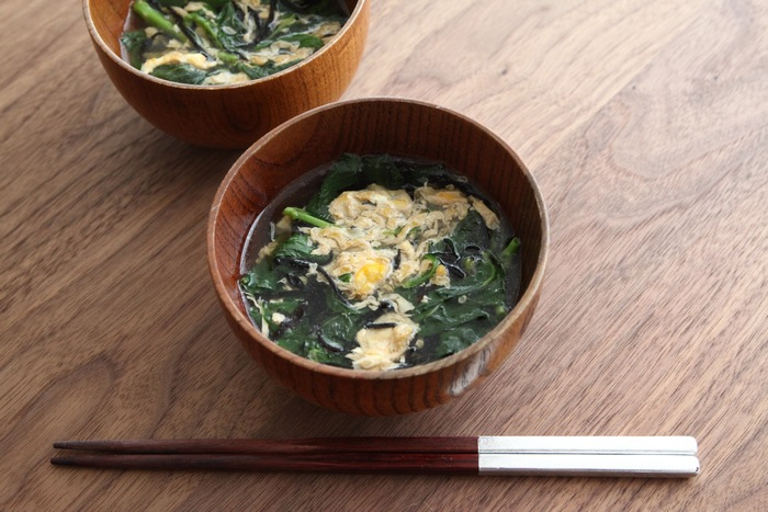 モロヘイヤは、切るだけでもぬめりが出ますが、叩くほどネバネバ感が増しますので、お好みによってネバネバとろとろ加減を調節しましょう。ひじきや卵もプラスした、理想的な栄養バランス。朝食にぜひチャージしたいスープです。