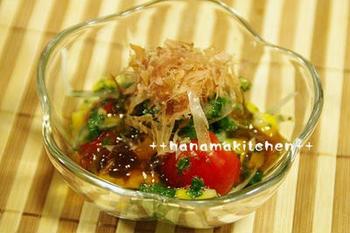 モロヘイヤや玉ねぎなどにポン酢ジュレをかけて楽しむ、夏らしいサラダ。ガラスの器などに盛り付けると、より清涼感があっていいですね。