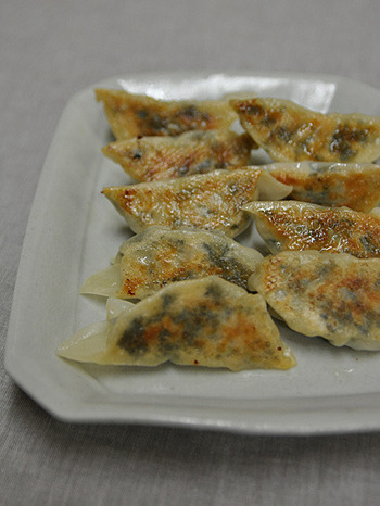 キャベツや白菜の代わりに、モロヘイヤを使ったアイデア餃子。緑が濃くて、いかにも栄養がありそう。とてもバランスのいい餃子ですね。