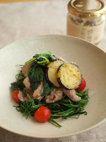 モロヘイヤを、生のまま炒めるのもおすすめの使い方。ナスやトマトなどの夏野菜や豚肉とともにピリ辛で仕上げる炒め物は、栄養満点の夏のスタミナ料理として定番にできそう。