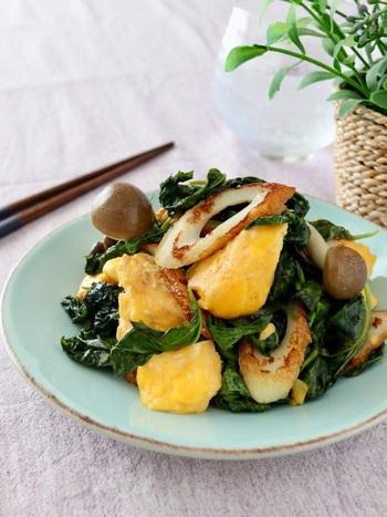 モロヘイヤ・ちくわ・スクランブルエッグの組み合わせ。時短なので朝食やお弁当のおかずにもおすすめです。黄色と緑の彩りがきれいですね。オイスターソースでコクもたっぷり。