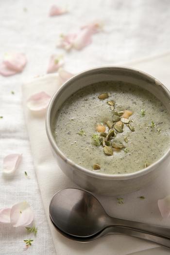 じゃがいもやモロヘイヤのとろみでクリーミーな飲み心地のスプ。和風だしをベースにしていますので、さっぱりとした風味が味わえます。和洋どちらの食事にも合いそう。