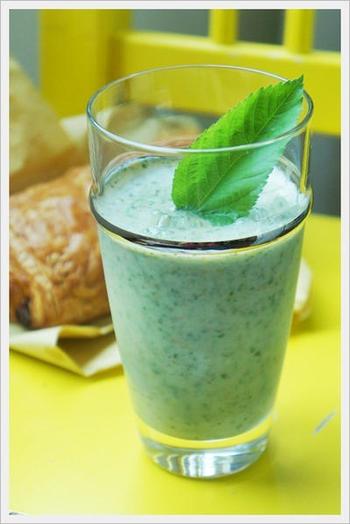 モロヘイヤやセロリ・大葉などの野菜に、りんごや飲むヨーグルトなどを混ぜたジュース。みずみずしいグリーンに癒されます。モロヘイヤを生で楽しむには、ドリンク類はおすすめ。