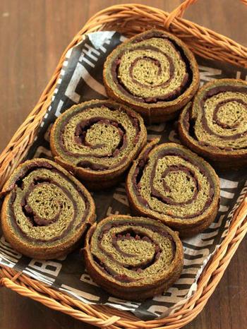 モロヘイヤの粉末も市販されており、パン生地などに混ぜ込むのにとても便利。モロヘイヤのちょっとした苦みも、あんこを加えることでうまくカバーでき、おいしいパンになります。