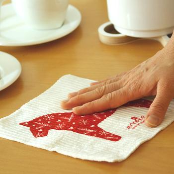 キッチンペーパーよりも分厚く、吸水性に優れたスポンジワイプは、お手拭きにはもちろん、食器やテーブルを拭いても破れず繰り返し使えます。水分を十分に含んでいるので、すぐに乾燥せずに使用することができるんです。