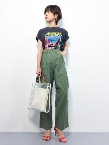 ウォッシュ感のあるTシャツは古着っぽさが可愛い。メンズライクなデザインもヒールを足元に合わせると女性らしい大人コーデに変身です。