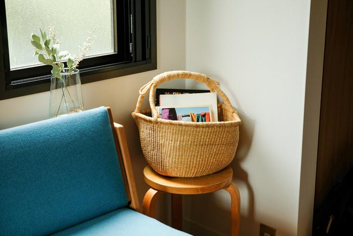 リビングでは、読みかけの雑誌をソファや床に放置してしまうことが多いですよね。 大きめのかごにざっくり入れるだけの収納にすれば簡単!ズボラさんでも、片付けを習慣にできそうです。