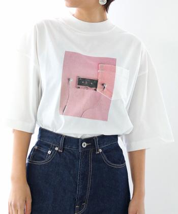 カセットテープとピンクのポップなプリントに加え、ポケット付きのユニークなTシャツ。この1枚があれば、どんなシンプルなコーデもセンス良く着こなせそう。