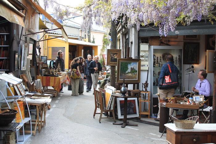 クリニャンクールの蚤の市はガイドブックにも記載されてるパリでも有名な蚤の市。パリ北部、地下鉄4号線のポルト・ドゥ・クリニャンクール(Porte de Clignancourt)駅が最寄となっています。パリ市内のブランド街とは雰囲気がガラリと異なり、治安もあまり良くないエリアなので、人通りの少ない道は避け、貴重品管理をしっかりとしてお買い物を楽しみましょう。駅を降りたら進行方向に進み、高速道路の高架橋を超えたあたりが蚤の市エリアです。