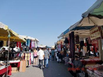 モントルイユはパリ市民の暮らしに根付いた生活用品をはじめ、何でも売っているので、ヴィンテージ、アンティークというよりはフリマ感覚に近いマーケットです。特に古着も豊富なので山積みになった中古品の中から思いがけず素敵な洋服が見つかることも。土、日、月曜日に開催されていて午後7時半頃まで開催されているのでちょっと時間が空いたときにも立ち寄りやすいですね。ただ治安面はあまり良くないそうなので、スリなどには注意しましょう。