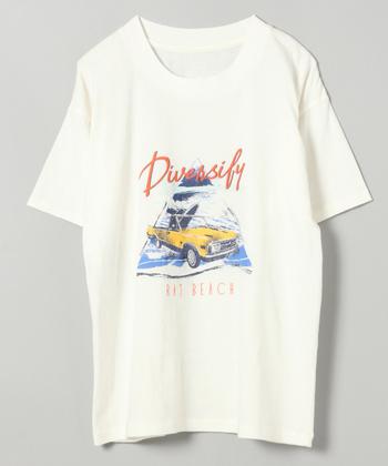 80'sな雰囲気のカーモチーフのイラスト。ビッグサイズのTシャツで作るラフなスタイルは今年のトレンドなので、ヘビロテ間違いなしです。