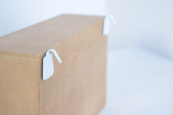 ちなみに木箱は、粘着フックを逆さにして貼ってワイヤーにかけるというアイデア!これをワイヤーネットに取り付けています。木箱もフックも100均で手に入るので気軽にトライできますね♪