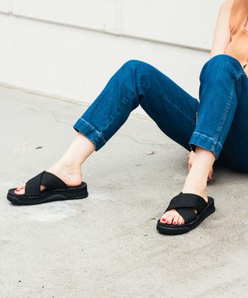存在感のある太めのクロスがポイントの「FIESTA」。ボリュームのある厚底ソールがコーディネートのポイントになり、安定感ある履きやすい1足。