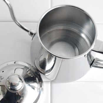 大きな開口部は中まで洗うのがラク。アウトドアで使うことを考えると、洗いやすいシンプルな構造のドリップポットを選びましょう。