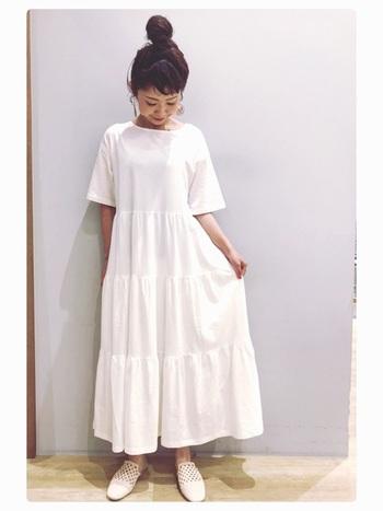 今年トレンドのティアードスタイルの白ワンピ。マットなテイストの白い靴を合わせて、スタイリッシュな雰囲気に。
