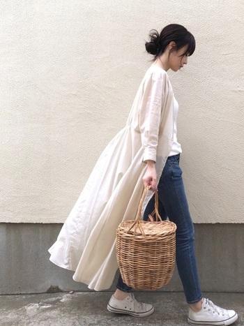 わずかに透けて見えるストライプが入ったお洒落なロングワンピは、実はカシュクールにも着られるデザイン性の高い一枚です。軽やかな羽織りはエアコンのきつい夏場には重宝します。