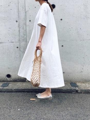 ふわりと広がるAラインのシンプルな白ワンピ。清楚でガーリーなイメージを壊さない靴とバッグをチョイスして、軽やかに着こなしています。