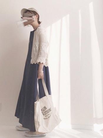 シンプルなロングワンピには、編みの可愛いカーディガンを合わせて。短め丈なので、ロングワンピとのバランスもいいですね。