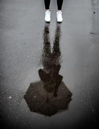 小さなミスで激しく動揺し、自分を全否定して落ち込んでしまう。「ミスをした自分はダメ人間だ」と決めつけてしまうのは、思考の歪みから生まれるもの。自分を責める以外の対処法を身につければ、気持ちがラクになります。