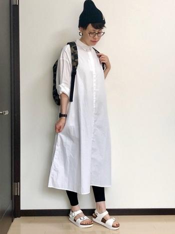 薄手の白ワンピは生地によっては透けてしまうこともありますよね。そんなとき、黒い夏用レギンスを履けば、安心して一日過ごすことができるようになります。
