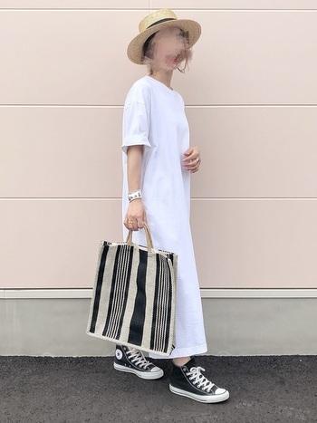 小技の効いた白ワンピはハイカットのスニーカーを合わせて、ちょっぴりカジュアルに。ヒールや光沢感のあるバッグを合わせると、おでかけスタイルにも変身できます。