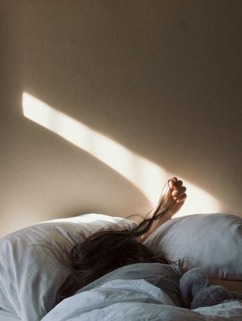 かすかな光や物音が刺激になって、眠りが浅くなってしまう。仕事や人間関係のことが気になって、なかなか寝付けない。こんな眠れない夜はつらいものですよね。よりよい眠りのためには、外部あるいは内部の刺激をできるだけ遮断するようにします。