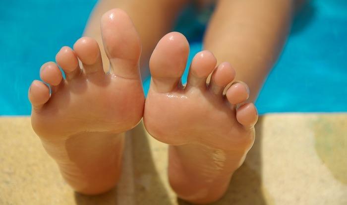 今回は、日焼けや乾燥のケアなども含め、夏に見られる脚のケアを中心にご紹介していきます。
