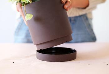 植木鉢タイプのものは排水用の穴が開いているので、ポットトレイなどを置いて水が溢れないように気を付けます。こちらの植木鉢のように、トレイと一体型になっているものもあります。