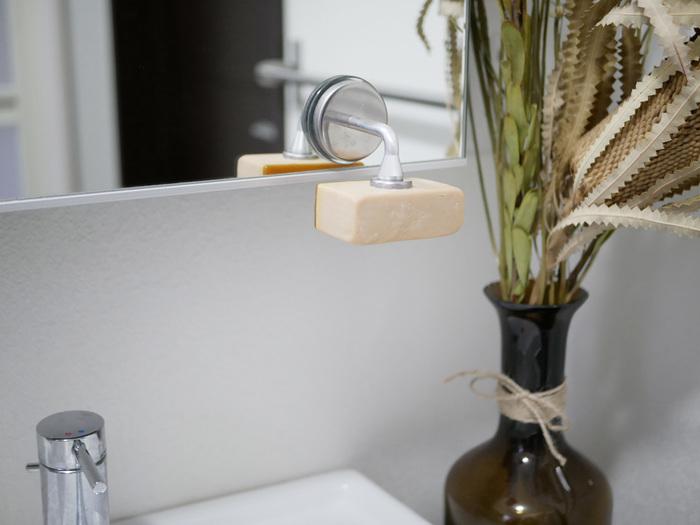洗面台になるべく物を置きたくないという方には、こんなソープホルダーがおすすめ。マグネットの力で石鹸をキープできる、ちょっとユニークなアイテムです。