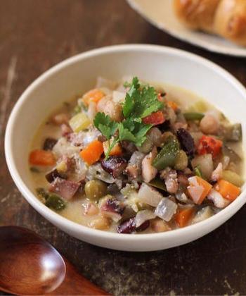 野菜とヨーグルトの水分だけで煮込んだスープ。イカと野菜のうまみとヨーグルトが絶妙にマッチ。野菜は冷蔵庫にあるものでOKです。