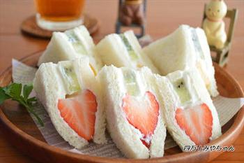 水切りヨーグルトは生クリーム代わりにもなります。少し練乳を加えることで酸味が和らぐそう。旬のフルーツを使ってカラフルなサンドイッチを作ってみましょう。