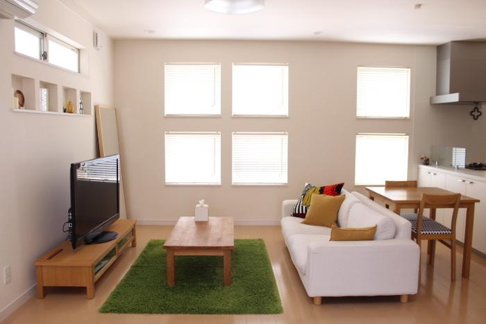 小窓がいくつも並んだ可愛らしい窓辺。それぞれにべネシャンブラインドが付いているため、柔らかく光を届けていますね。羽根の角度を変えることで、自在に光の取り入れ方を変えられるのも便利。