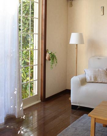 こちらのお宅では、ドレープカーテンとシアーカーテンを取り外して、薄手のグレーカーテンを引いています。窓辺を軽やかにするアイデアですね。