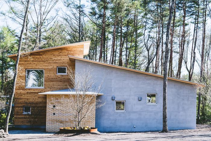 自然豊かな軽井沢追分に建てられた新築の一軒家。モダンなデザインと自然に溶け込む佇まいが素敵なお家です。