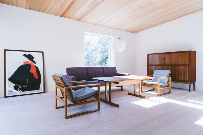 内装は明るくシンプルな作りです。大きく作られた窓と白い壁が爽やかな印象。天井の木目がやさしい雰囲気を与えています。