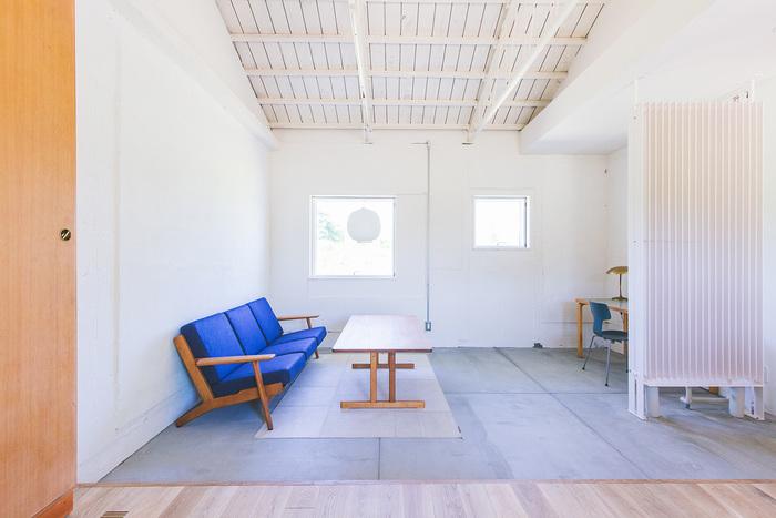 内装は屋根の作りを生かした、個性的で開放的な作りです。大小の窓がリズムがあって可愛らしい。