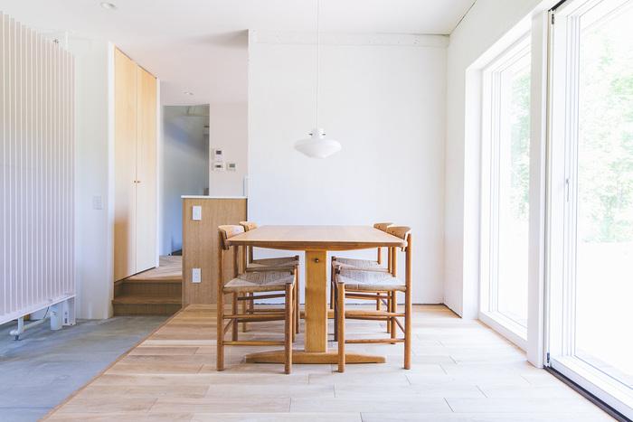 大きく開放的な窓が素敵なお部屋です。隣のソファのエリアとは床材が異なっていて、空間が自然に仕切られています。