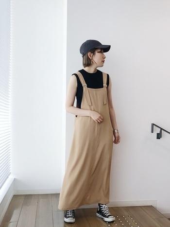 柔らかな素材感のベージュのジャンパースカートには、ブラックアイテムを合わせて辛口に仕上げると、ひとつ上のスタイリングに。ほっこりしすぎない、どこかクールさを残した雰囲気が◎