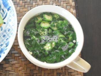 ゆでたモロヘイヤの刻み方は、包丁で軽く叩くように。細かくするほど、粘りが出ますので、料理に合わせて調整します。オクラや納豆などと混ぜたり、スープにするときなどには、よく叩いてネバネバとろとろ感を楽しむのもおすすめです。