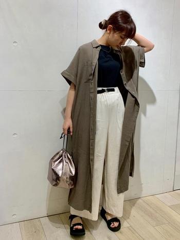 メンズライクなカーキのシャツワンピースは、モノトーンコーデをインすると大人っぽくカジュアルすぎないコーデに。メタリックなバッグのアクセントがシンプルカラーの着こなしを引き立てています。