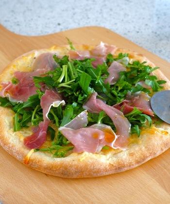 こちらもピザの王道、生ハム×ルッコラ。ピザボードのナチュラルな色に、グリーンがとっても新鮮に見えるるんです。美味しいワインと一緒に楽しみたい、大人のレシピです。